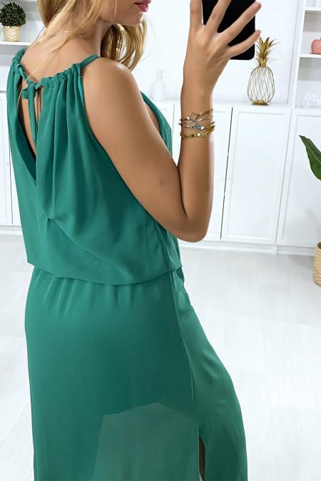 Groene jurk aan de achterkant open met elastiek in de taille en split aan de zijkanten
