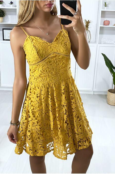 Mosterdkleurige kanten wijd uitlopende jurk met bandjes