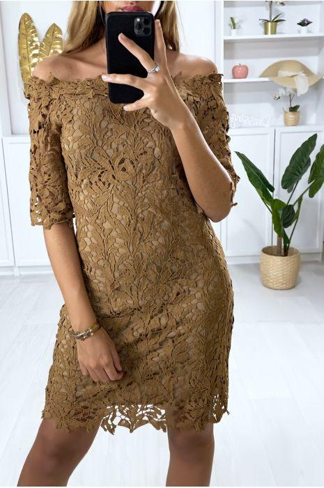 Camelkleurige jurk met boothals en zeer chique gevoerd kant