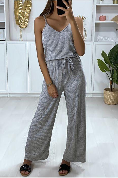 Combinaison pantalon gris avec haut à bretelle et ceinture