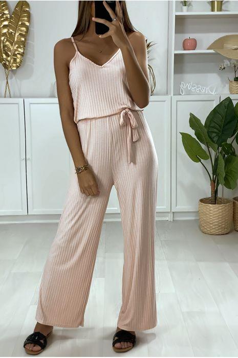 Combinaison pantalon rose avec haut à bretelle et ceinture