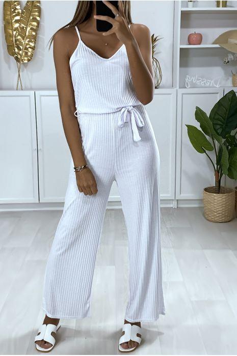 Combinaison pantalon blanc avec haut à bretelle et ceinture