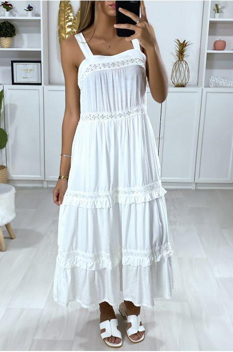 Lange witte jurk met bandjes, ruche en kant