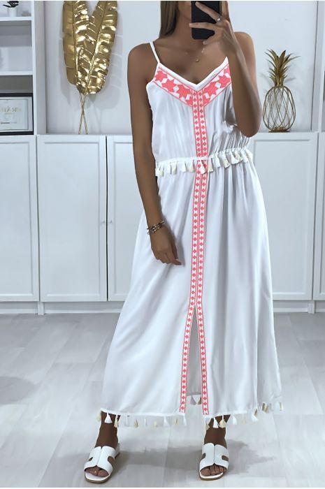 Longue robe blanche avec broderie fuchsia et pompon