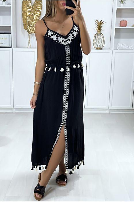 Lange zwarte jurk met witte borduursels en pompon