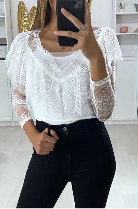 Witte kanten blouse met lange mouwen en volant op de buste