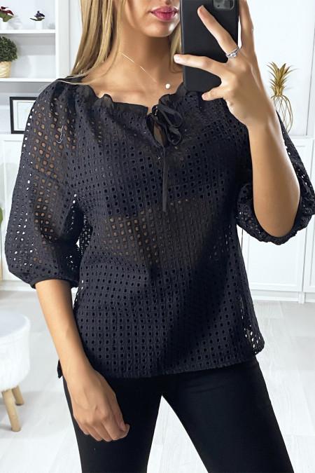 Zwarte blouse met pofmouwen boothals met gaatjes