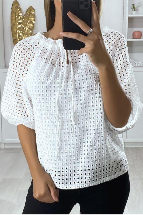 Witte blouse pofmouwen boothals in stof met gaatjes
