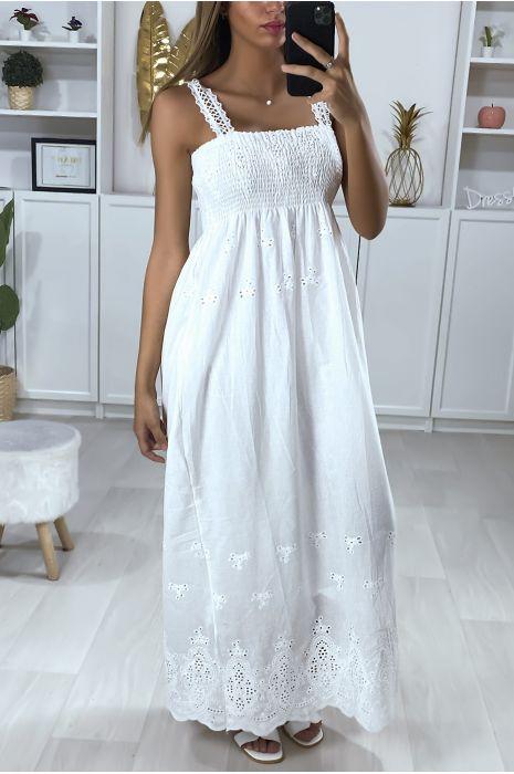 Longue robe blanche à bretelle avec broderie