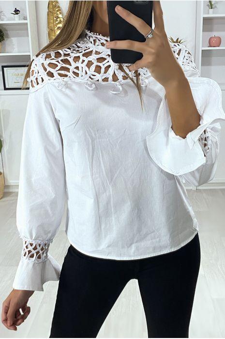 Blouse blanche avec buste motif satiné et perlé
