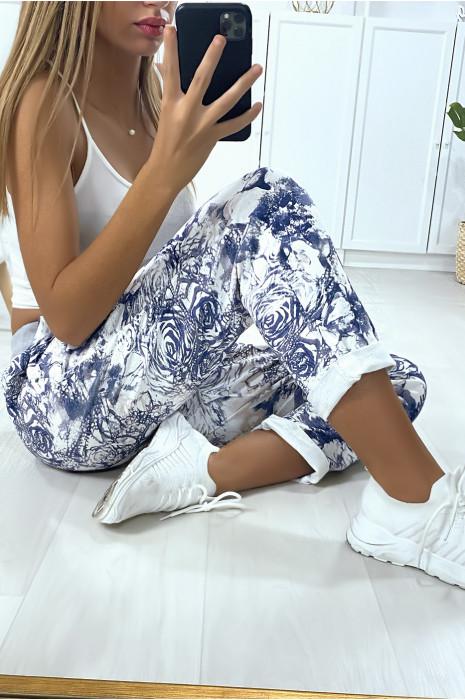 Jogging en coton avec poches et bas retroussé dans un joli motif bleu fleuris