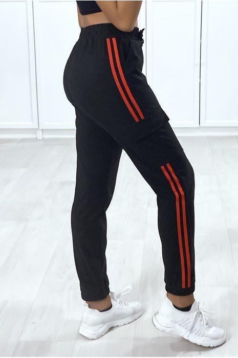 Jogging noir avec bandes rouge et poches sur les cotés