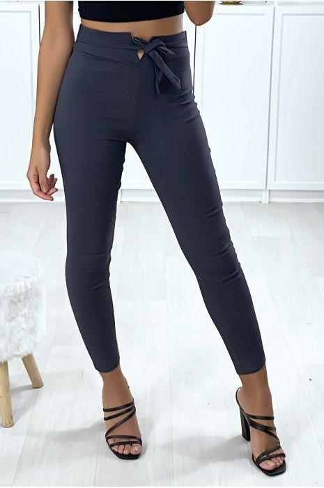 Smalle broek in antraciet met V-vorm in de taille en riem