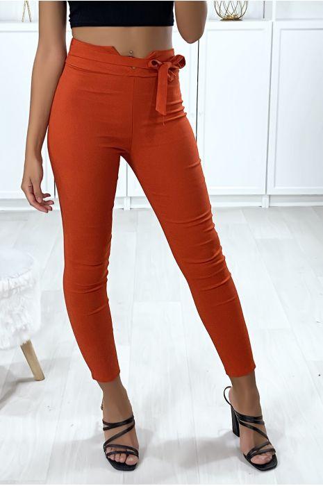 Pantalon slim en rouge avec forme V à la taille et ceinture