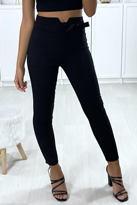 Slim pants in black with V shape at the waist and belt