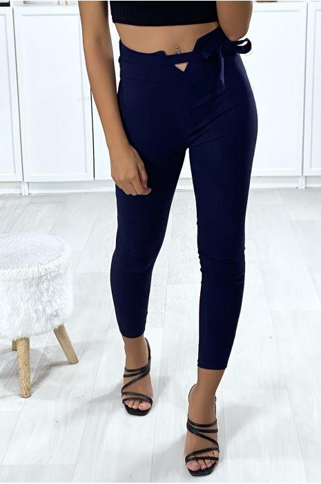 Pantalon slim en marine avec forme V à la taille et ceinture