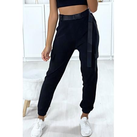 Pantalon treillis noir resserré en bas avec poches sur les cotés et ceinture satiné