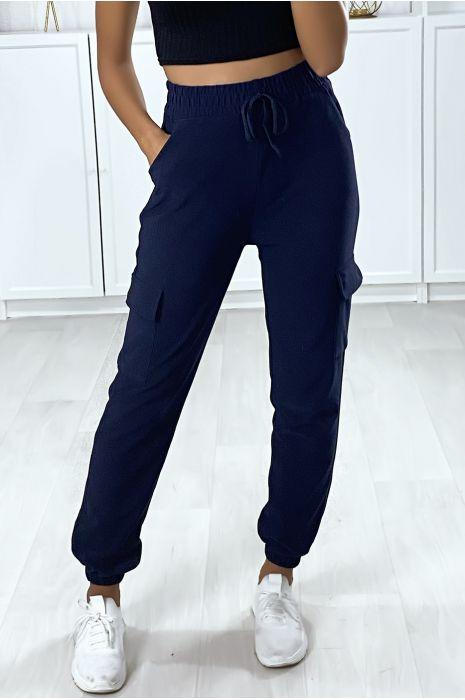 Pantalon jogging marine avec poches sur les cotés et resserré en bas