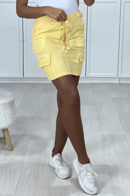 Jupe courte jaune en coton gratté avec poches sur les cotés