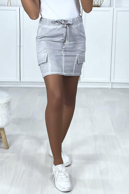 Jupe courte gris en coton gratté avec poches sur les cotés