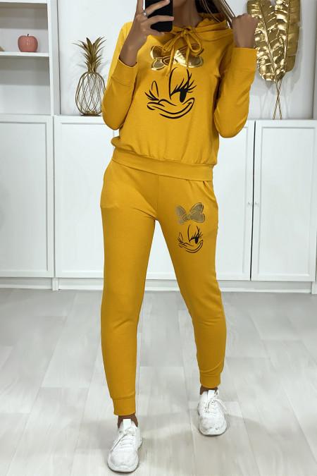 Mosterdgeel jogging set met capuchon en zakken met dessin en gouden vlinder op de voorzijde