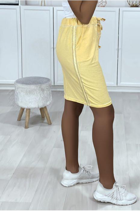 Jupe jaune en coton délavé avec bandes sur les cotés et poches