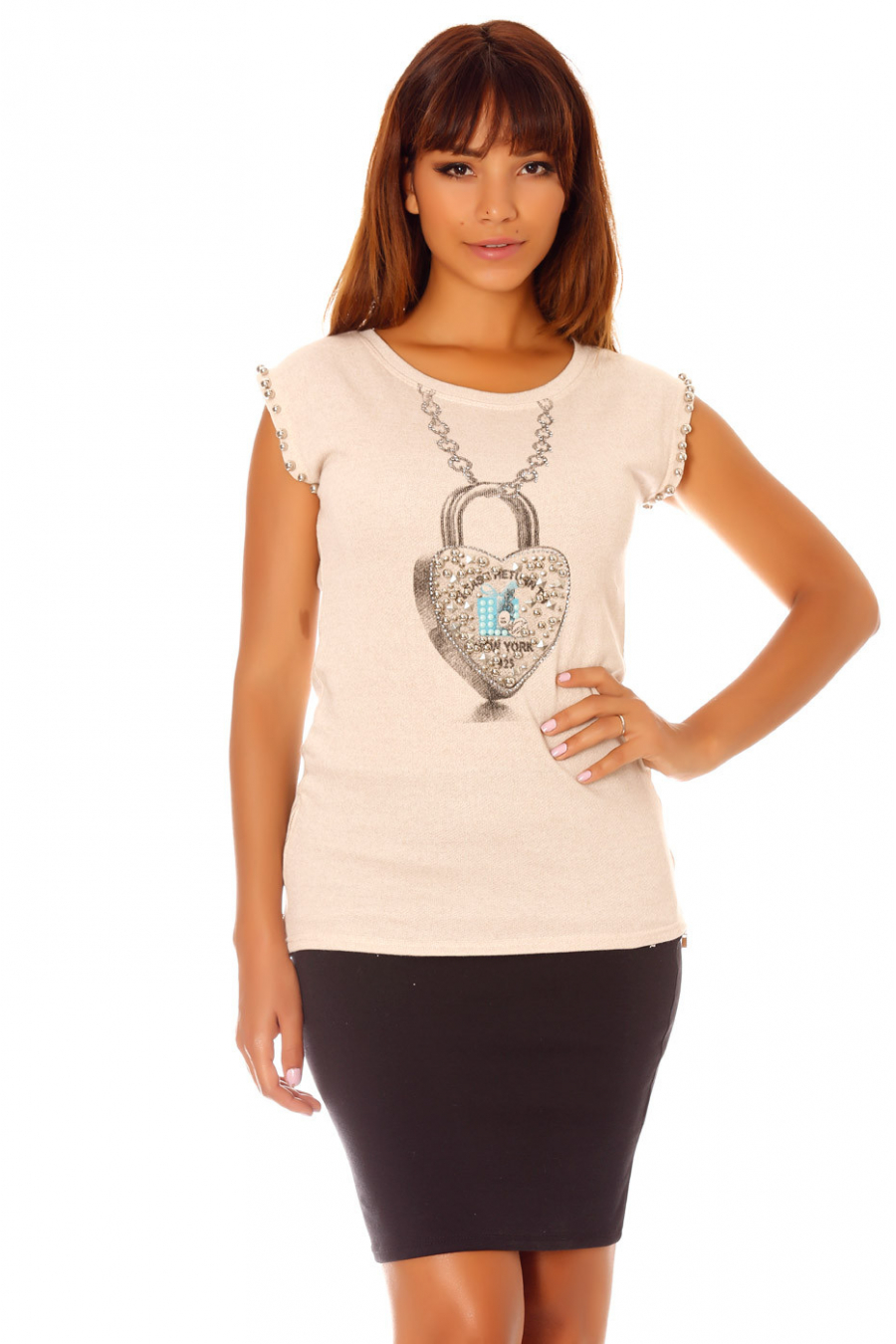 Round neck beige t-shirt with heart pattern with rhinestones and pearls on the sleeves. G-5015