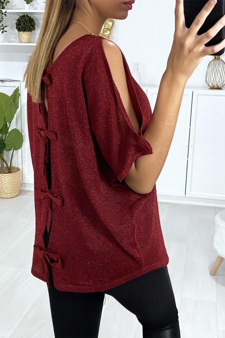Bordeauxrode top van glanzende stof met blote schouders en strikjes op de rug