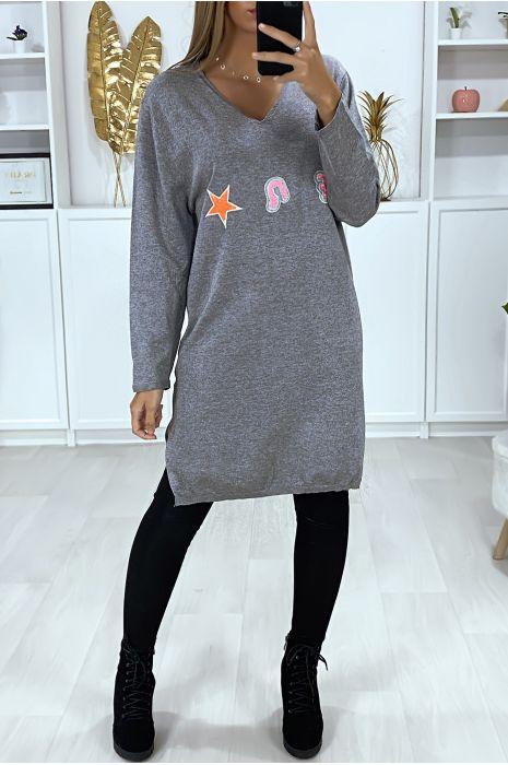 Charcoal sweaterjurk met V-hals in een zeer zachte stof met geborduurd patroon