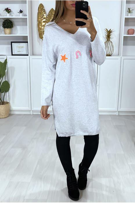Grijze sweaterjurk met V-hals in een zeer zachte stof met geborduurd patroon