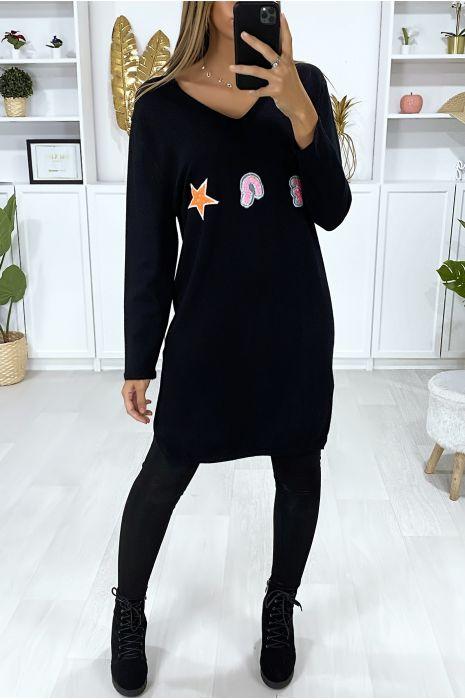 Zwarte sweaterjurk met V-hals van een zeer zachte stof met geborduurd patroon
