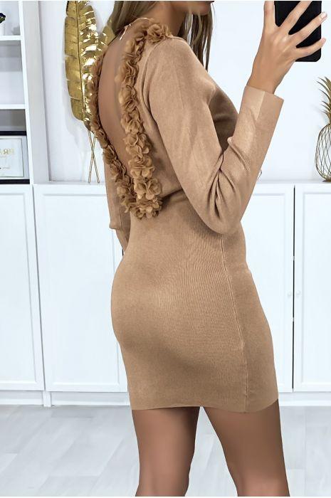 Taupe sweaterjurk met open achterkant, afgezet met sluierbloemen