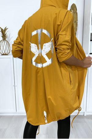 Mosterdgeel vest met capuchon en zakken van geborsteld katoen met dessin op de rug