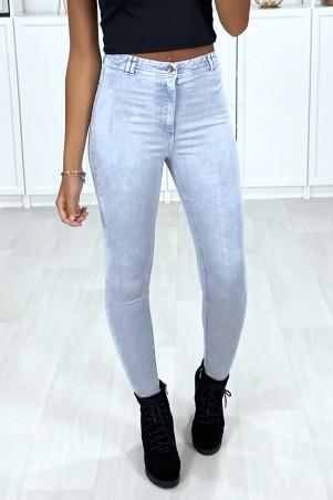 Zeer rekbare lichtblauwe slim jeans met achterzakken