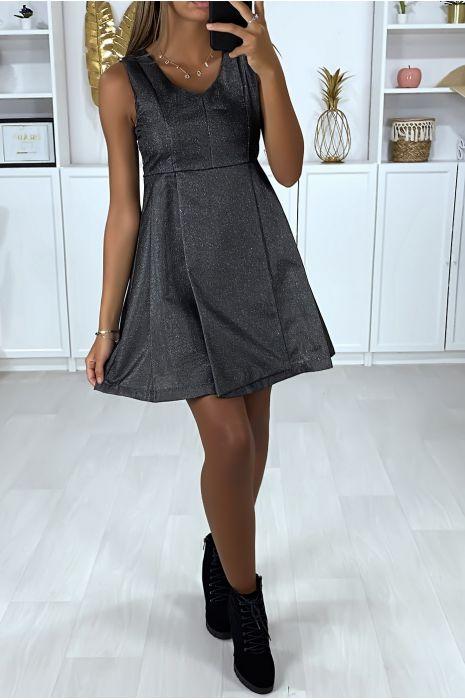 Robe de soirée noir et brillante avec plis à la jupe