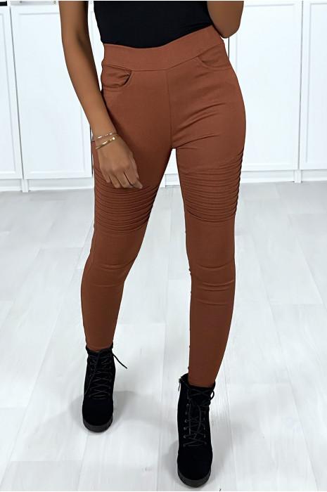 Pantalon slim en stretch noir avec boutons doré à l'avant et poches arrière