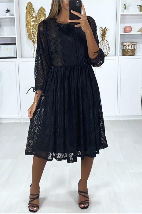 Robe noir doublé en dentelle avec de la broderie