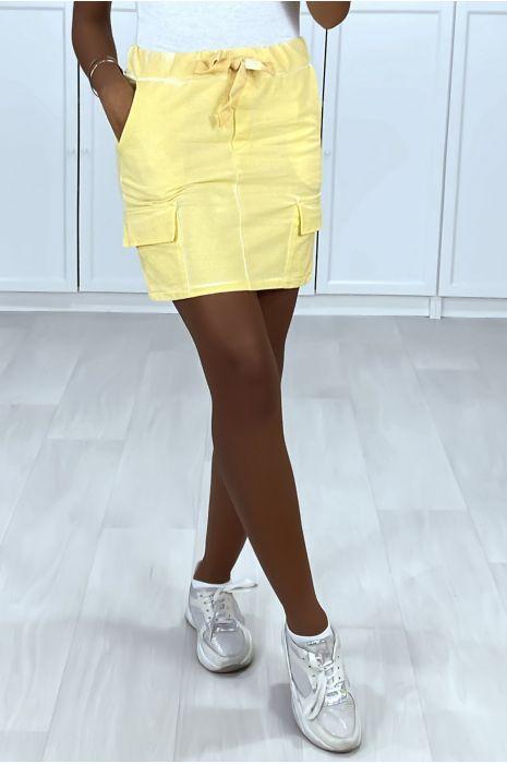 Mini jupe jaune en coton délavé avec poches sur les cotés