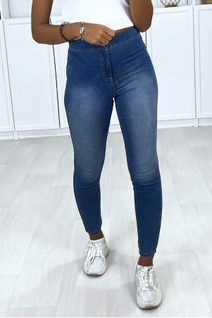 Vervaagde blauwe jeans met hoge taille en achterzakken