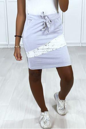 Jupe grise avec poches bandes sur les cotés et strass à l'avant