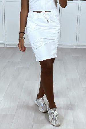 Jupe blanche avec poches bandes sur les cotés et strass à l'avant