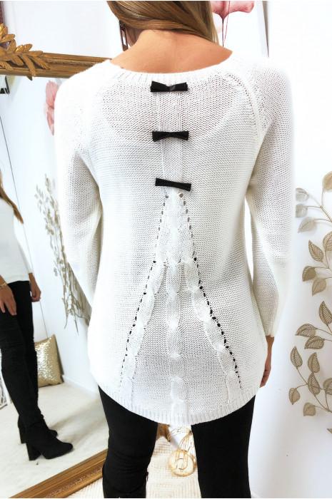 Joli pull blanc trapèze, tressé à l'arrière avec 3 petits ruban papillon