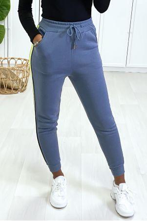 Blauwe joggingbroek met fluogele streep aan de zijkant.