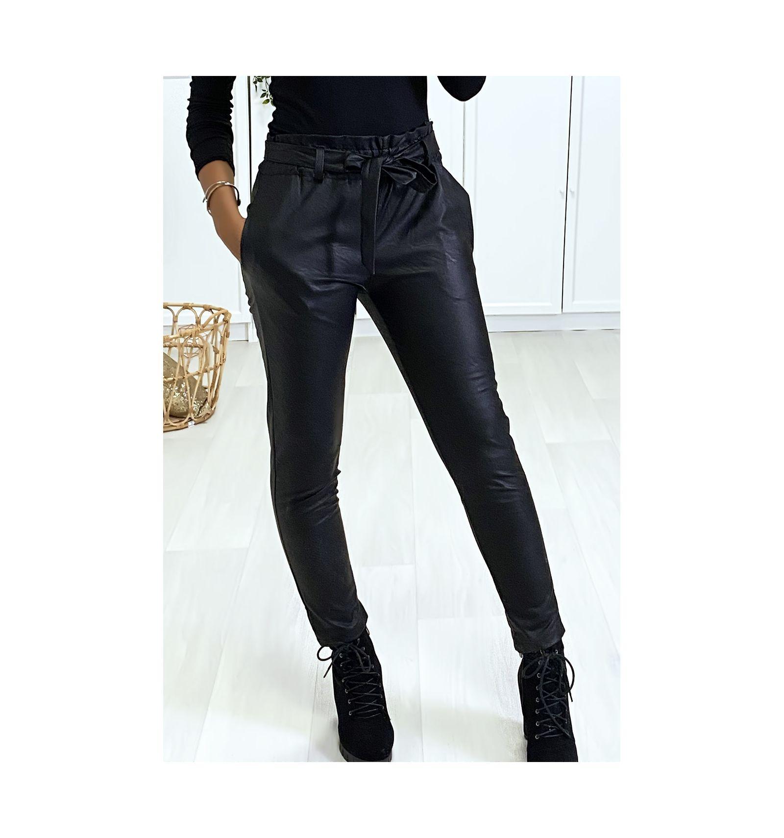 Pantalon Noir coupe carotte avec taille froncée et ceinture.