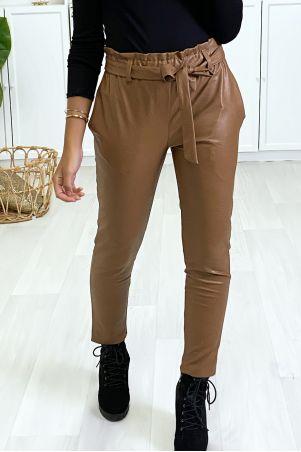 Camelkleurige, wortel gesneden broek met aangerimpelde taille en riem.