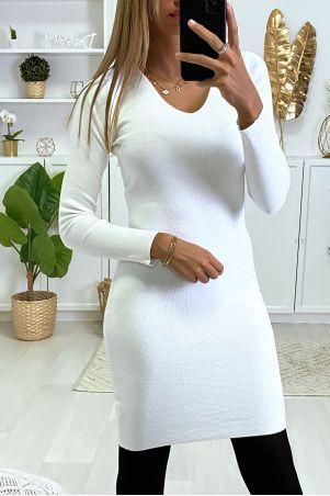 Witte sweaterjurk van fijngebreide zijde en vlinder bezet met strass steentjes op de rug.