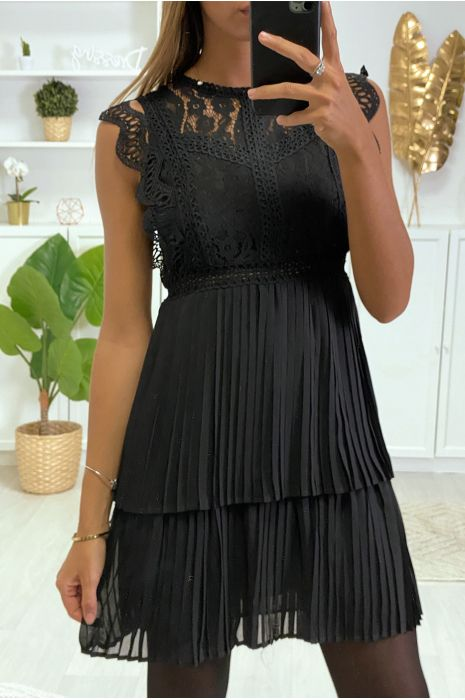 Robe Noire à crochet fleurs, et plissée au bas.