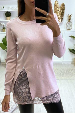 Roze sweater tuniek met split en kanten voering aan de onderzijde, en zilveren ring.