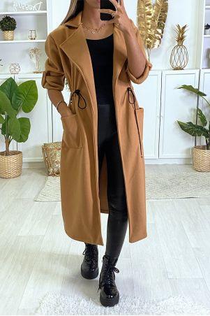 Long manteau beige cintré à la taille avec poches