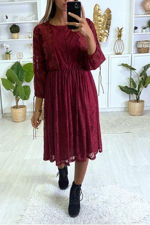 Bordeauxrode jurk gevoerd met kant met borduursel